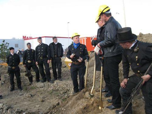 Skorstensfejarmästare Christer Bjelk överlämnar minnesgåvor, raffel, till Anders Rubin och Stefan Rosenlöv.