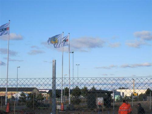 SIMAB-flaggan vajar stolt ute vid det ännu ej uppförda Sotarhuset.