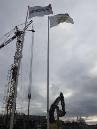 Byggkranen är på plats bredvid flaggorna.