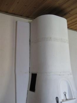 Braskamin med sprickbildning och missfärgat tak