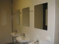 Tvättställ med krokar i duschrum