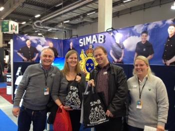 Två glada vinnare i SIMABs nummertävling.